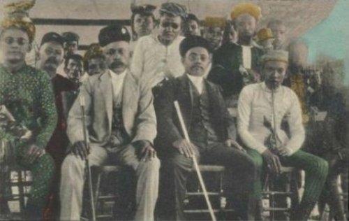 Sultan Jamalul Kiram II ng Sulu (nakaupo sa gitna sa itim na kasuotan