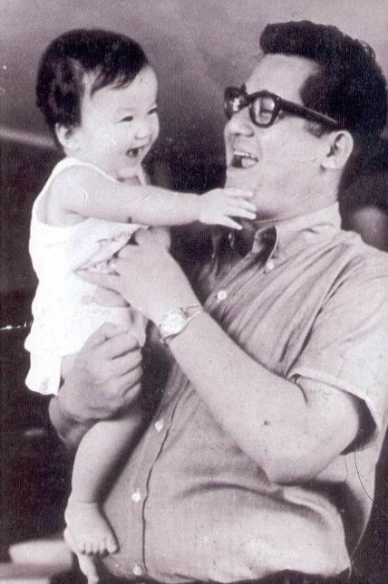 Si Senador Ninoy Aquino at anak na si Kristina Bernadette.  Mula sa Ninoy:  the Willing Martyr ni Alfonso Policarpio.