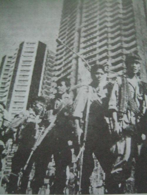 """Pagsuko ng mga rebelde sa Makati matapos ang kudeta ng Disyembre 1989.  Mula sa aklat ng PCIJ na """"Kudeta: A Challenge to Philippine Democracy."""""""