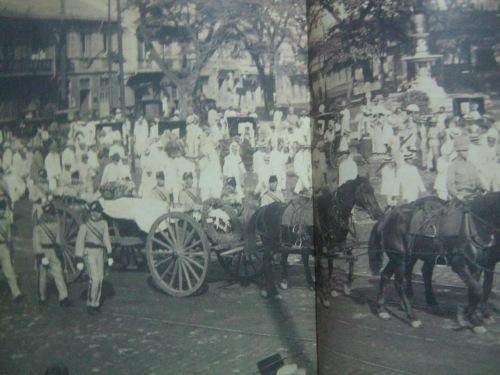 Ang paglilipat ng mga Caballeros de Rizal at ng mga mason sa mga labi ni Rizal patungo sa huling hantungan nito sa Luneta de Bagumbayan.  Larawan mula sa In Excelsis ni Felice Prudente Sta. Maria.