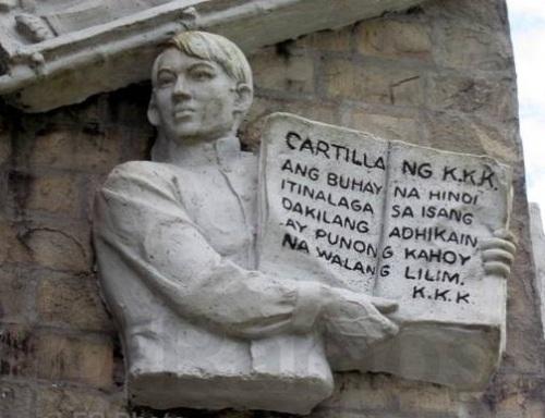 Emilio Jacinto at ang Kartilya, detalye ng bas relief sa Bantayog ng mga Bayani sa Mt. Samat, Pilar, Bataan.