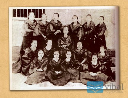 Teodora Alonso, the matriarch of the Rizal clan, with her daughters and grandchildren.  Courtesy of Vibal Foundation, Inc.