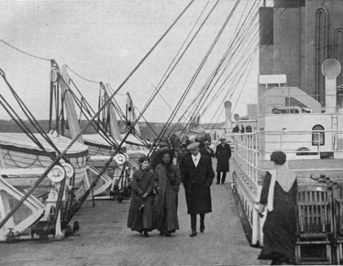 Ang mga istorbong lifeboats sa ibabaw ng kubyerta ng Titanic