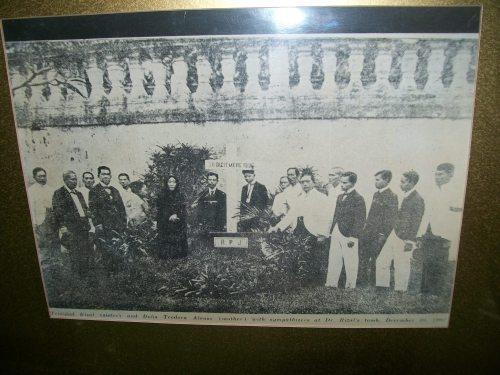 Isang paggunita ng mga pamilya at kaibigan sa naging libingan ni Rizal sa Sementeryo ng Paco, 1902.  Larawan mula sa eksibit ng Rizal Sesquicentennial International Conference ng Unibersidad ng Pilipinas noong Hunyo 2011.