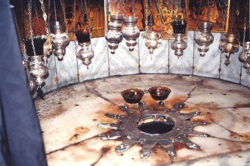 Ang bituin na may 14 na silahis na nagpapakita ng tradisyunal na pook na sinilangan ni Hesus sa Cave of the Nativity sa ilalim ng Church of the Nativity.