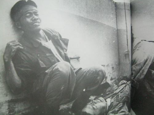 """Isang madugo at malungkot na eksena sa isang rooftop sa Makati noong kudeta ng Disyembre 1989.  Mula sa aklat ng PCIJ na Kudeta:  A Challenge to Philippine Democracy."""""""
