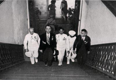 Manuel Quezon na umaakyat ng taas noo sa mga hagdan ng Palasyo ng Malacanan bilang pangulo ng Pilipinas, 15 November 1935.