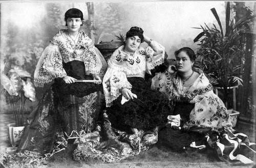 Mga chicas na Kastila.  Mula sa philhistorypics.blogspot.com