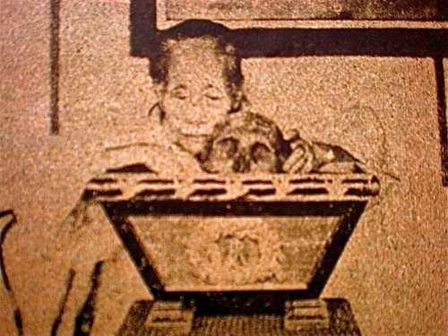 Ang ina ni Rizal na si Teodora Alonso habang ipinapamalas ang bungo ng anak sa kanilang tahanan sa Binondo.  Larawan mula kay Dr. Ambeth Ocampo.