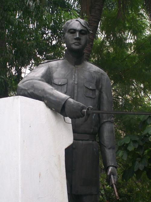 Monumento ni Jacinto malapit sa City Hall ng Maynila sa likod ng Bantayog ni Bonifacio.  Kuha ni Xiao Chua.