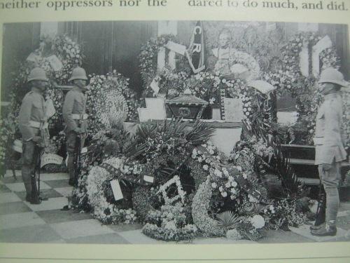 Isang Cabllero ni Rizal habang binabantayan ang mga labi Rizal sa bulwagang marmol ng Ayuntamiento de Manila.  Larawan mula sa In Excelsis ni Felice Prudente Sta. Maria.