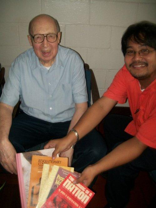 Father John Schumacher kasama si Xiao.