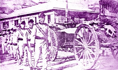 Ang mga Caballeros de Rizal (Knights of Rizal) habang dinadala ang mga labi ni Rizal sa isang prusison patungo sa Luneta.  Larawan mula sa koleksyon ni Renato Perdon.