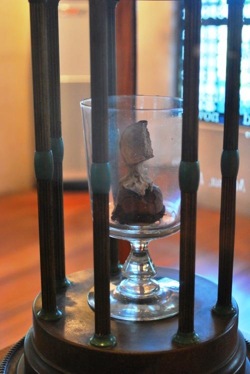 Ang vertebra ni Rizal na tinamaan daw ng bala.  Nasa Rizal Shrine sa Fort Santiago.  Kuha ni Camille Eva Marie Conde.