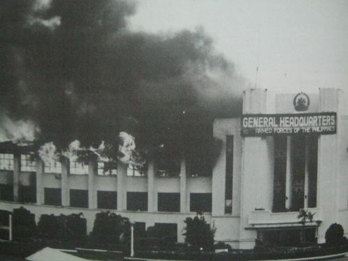 """Pagkasunog ng General Headquarters ng Camp Aguinaldo, Agosto 1987.  Mula sa aklat ng PCIJ na """"Kudeta: A Challenge to Philippine Democracy."""""""