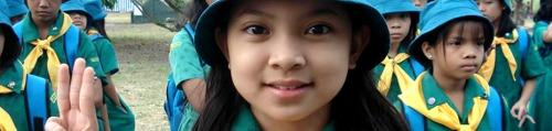 Isang kasapi ng Girl Scouts of the Philippines na nanunumpa gamit ang Scout Sign.