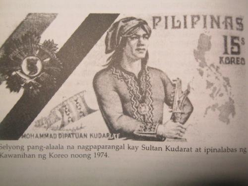 Nasa disenyo ng selyong ito sa karangalan ni Sultan Kudarat ag disenyo ng dekorasyong ipinangalan sa kanya.  Mula sa Mga Dakilang Pilipino ng National Historical Commission of the Philippines.