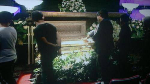 Si Xiao Chua habang nagpupugay sa harap ng kabaong ni Dolphy, 11 July 2012 sa Dolphy Theater, ABS-CBN, Quezon City.
