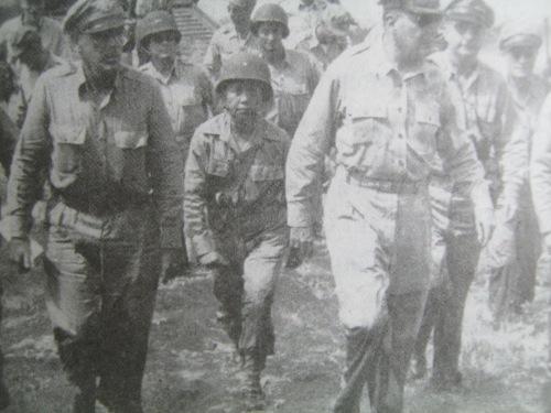Si Heneral Carlos P. Romulo kasama ni Heneral Douglas MacArthur sa kanilang pagdaong sa Leyte, October 20, 1944.