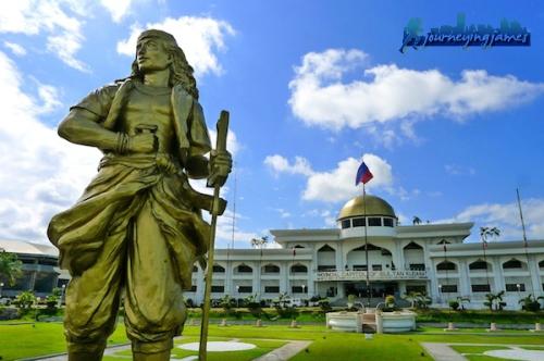 Ang monumento para kay Sultan Kudarat sa harapan ng Kapitolyo ng Lalawigan na nakapangalan sa kanya.