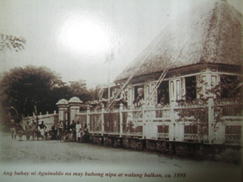 Ang mansyon ng mga Aguinaldo noong 1898.  Mula sa Ang Tahanan ng Kasarinlan.