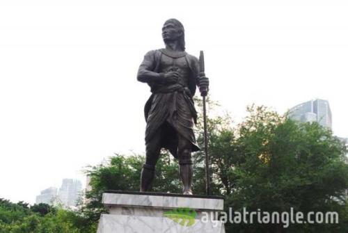 Monumento para kay Sultan Kudarat sa Ayala Triangle, Lungsod ng Makati.