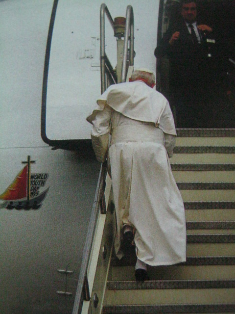 "Sa mga sigaw ng ""John Paul Two, we love you!"" nagpaalam ang mga Pilipino sa Santo Papa.  Kanyang tugon, ""John Paul Two, loves you too!""  Mula sa  John Paul II We Love You:  Papal Visit 1995 Manila."