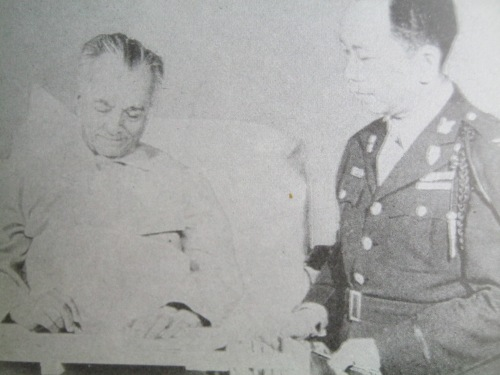 Walong Pangulo:  Nagsilbi si Romulo sa pamahalaan mula sa panguluhan nina Manuel Quezon...