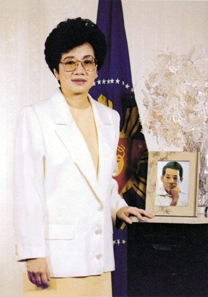 Naaalala ko na isa ito sa mga postcard ni Tita Cory na dala-dala ko noong bata pa ako.
