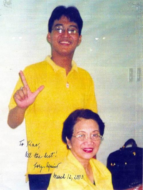 Ikatlong pagkikita:  Aquino Center sa Tarlac City, October 2001.  Kuha ni Mayo Baluyut.