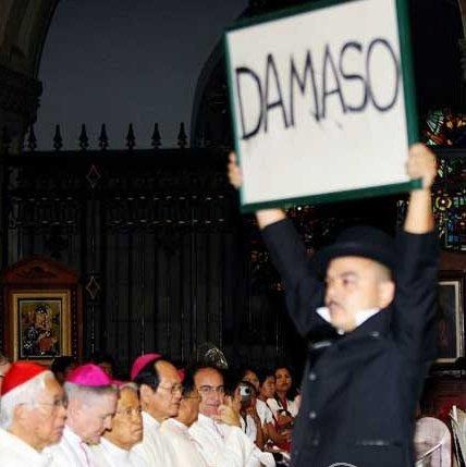 Si Carlos Celdran habang tinutuya ang mga obispo ng Simbahang Katoliko sa isang inter-faith na pagdiriwang ng Bibliya sa loob ng Katedral ng Maynila, September 30, 2010.