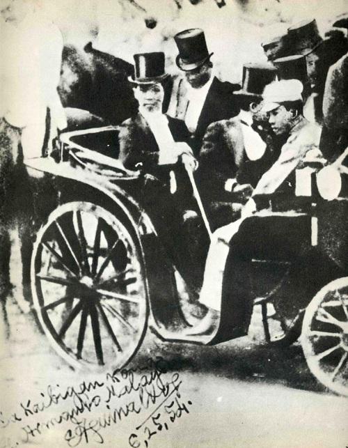 Si Emilio Aguinaldo patungo sa kanyang inagurasyon bilang pangulo Unang Republika sa Malolos, 23 Enero 1899.  Mula kay Arnaldo Dumindin.