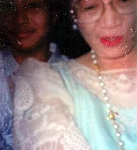 Unang pagkikita:  Sa Ramon Magsaysay Award Presentation Ceremonies, August 31, 1998.  Sa dami nang nais bumati hindi maayos na nakapagpakodak.  Kuha ni Edna Apondar.