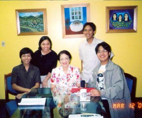 MAHAL NAMIN SI TITA CORY: Hender Gercio, Emma Sagum, Pang. Cory Aquino, Bryan Hernandez, at Xiao Chua. Nasa likuran ang kanyang mga paintings, March 12, 2003.