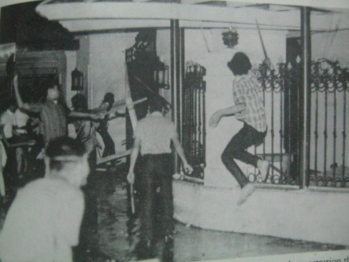 Ang mga aktibista sa mismong bukana ng Palasyo ng Malacanan noong Battle of Mendiola, January 30, 1970.  Mula sa Delusions of a Dictator.