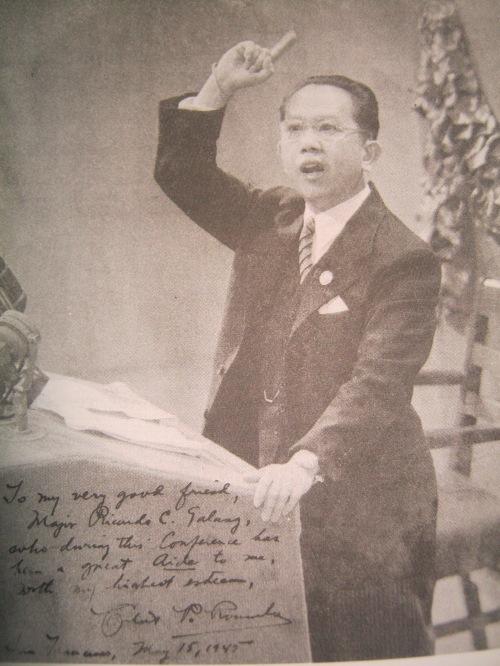 Si Carlos P. Romulo habang nagtatalumpati noong Dekada 1940.  Mula sa The Romulo Reader.
