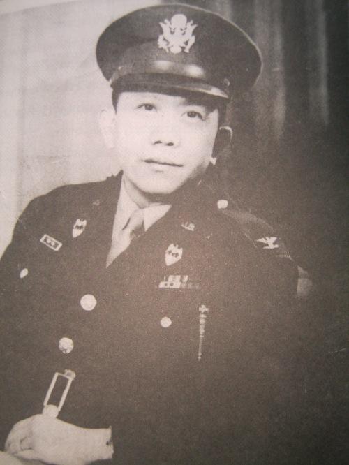 Heneral Carlos P. Romulo, ayudante-de-campo- ni Heneral Douglas MacArthur sa Australis, 1942.  Mula sa Great Lives:  Carlos Romulo.