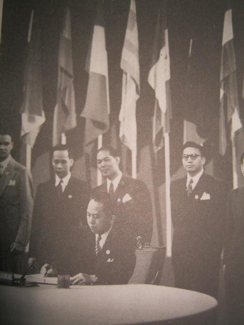 Si Romulo habang pinipirmahan ang charter ng United Nations, October 20, 1945.  Mula sa The Romulo Reader.