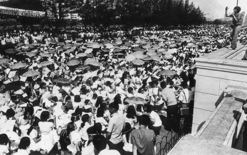 Ang tinatayang 50,000 sa labas ng Kongreso, hinihintay si Pangulong Marcos na lumabas.  Mula kay Susan Quimpo.