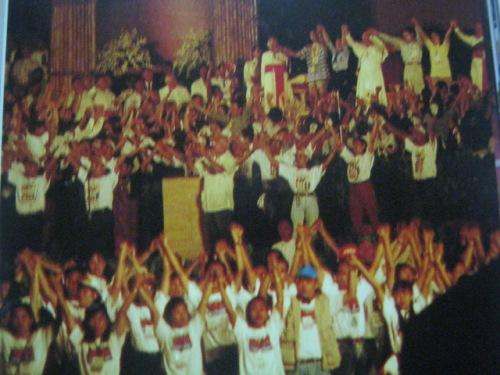 Nakisayaw ang Santo Papa sa mga kabataan.  Mula sa  John Paul II We Love You:  Papal Visit 1995 Manila.