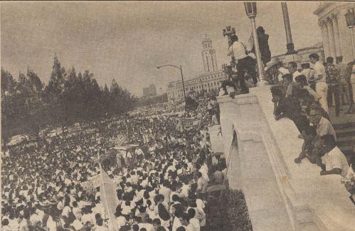 50,000 kabataan na humihingi ng pagbabago sa harapan ng Kongreso.  Mula sa Koleksyon Dante Ambrosio at Xiao Chua.