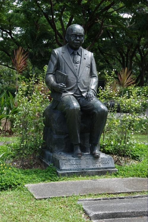 Si Heneral Carlos P. Romulo habang nakaupo sa kanyang sariling libingan sa Libingan ng mga Bayani.