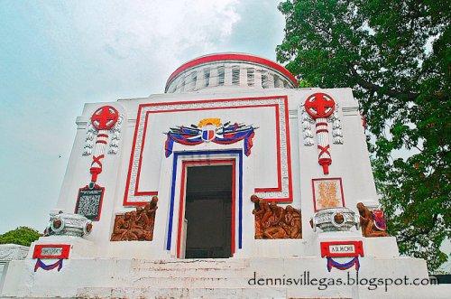 Mausoleo delos Veteranos de la Revolution sa Cementerio del Norte, La Loma, Lungsod ng Maynila.  Unang pinaglibingan kay Tandang Sora.  Kuha ni Dennis Villegas.