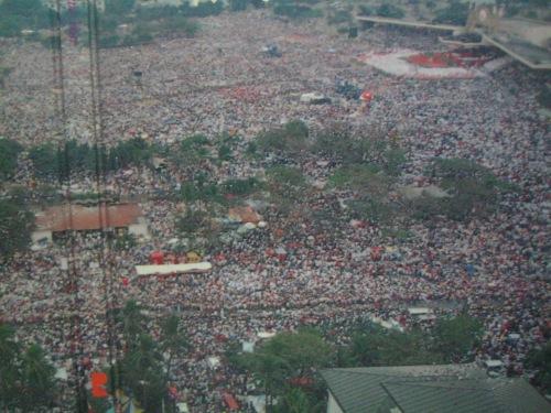 Bahagi lamang ng limang milyong nabilang sa huling misa ng Santo Papa John Paul II sa Pilipinas noong January 15, 1995.  Mula sa  John Paul II We Love You:  Papal Visit 1995 Manila.