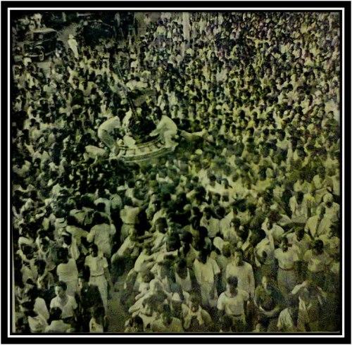 Ang prusisyon ng Nazareno sa Quiapo noong ang bayan ay nasa panahon ng mga Hapones, 1943, sa kagandahang loob ni Dr. Jose Victor Z. Torres ng DLSU Manyila.