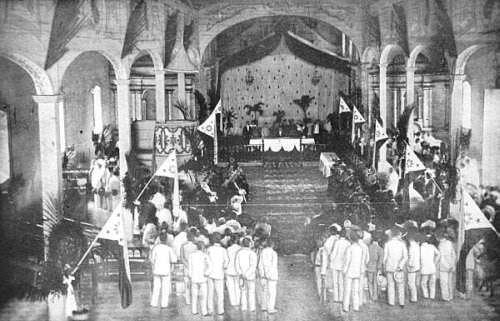 Ang larawan ng pagbubukas ng Kongreso ng Malolos noong September 15, 1898.  Pansinin ang mahabang linya, ang tali.  Mula kay Arnaldo Dumindin.