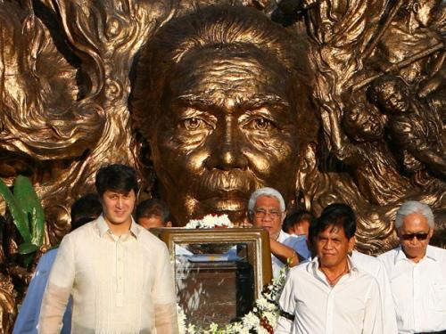 Ang paglilipat sa bangkay ni Tandang Sora noong isang taon, Enero 2012 mula sa Himlayang Pilipino.