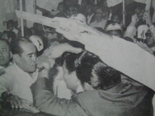Si Fabian Ver habang pinoprotektahan ang Pangulo.  Mula sa Delusions of a Dictator.