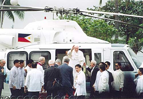 Ang Santo Papa habang pababa ng helikopter para sa kanyang misa sa Quirino Grandstand.