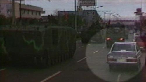 Ang kotse nina Cory sa Maynila kasabay ng mga Marines na tutungo sa EDSA para pulbusin ang mga rebelde, February 23, 1986.  Mula sa Eggy Apostol Foundation.